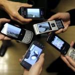 люди с мобильниками в руках