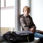 грустный школьник на окне